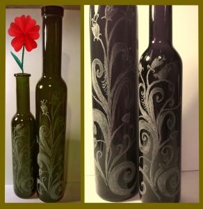 """alt=incisionevetroroma alt=""""incisione vetro roma"""" alt=""""incisione vetro"""" alt=""""bottiglie incise a mano"""" alt=""""personalizzazione incisione""""con elementi floreali"""