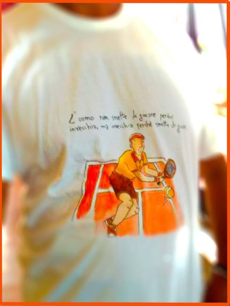 "alt=maglietta alt=""disegno su maglietta"" alt=""personalizzazione magliette"" alt=""decorazione personalizzata"" alt=setacolor alt=handmade alt=""maglietta per tennisti"" alt=originale alt=""made in italy"""